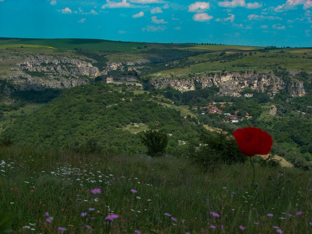 Иваново гледка отдалеч кам Червен