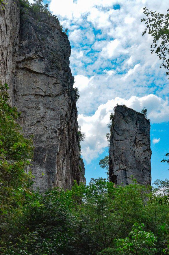 Гигантските каменни блокове, изправени един срещу друг