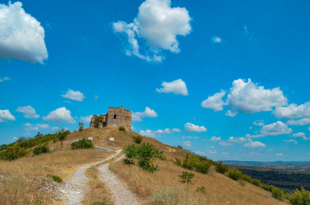 Букелон и скалните църкви край Маточина и Михалич