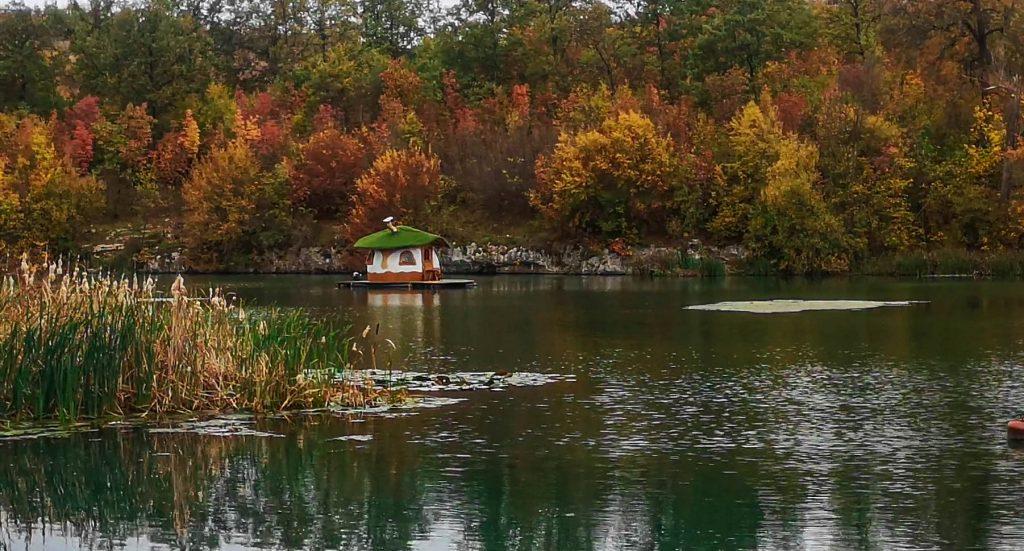 Каменните къщички - плаващата къщичка