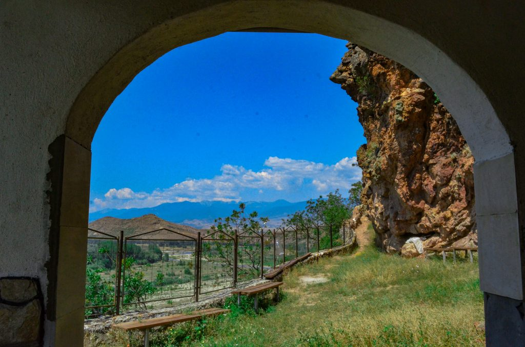 """скалния манастир """"Свети Пантелеймон"""" - двора на църквата"""