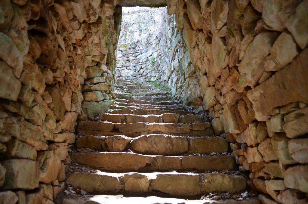 Край Брезник храм-кладенец Гърло