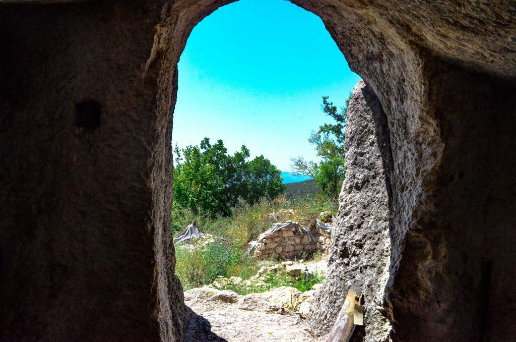 Глухите камъни гробницата